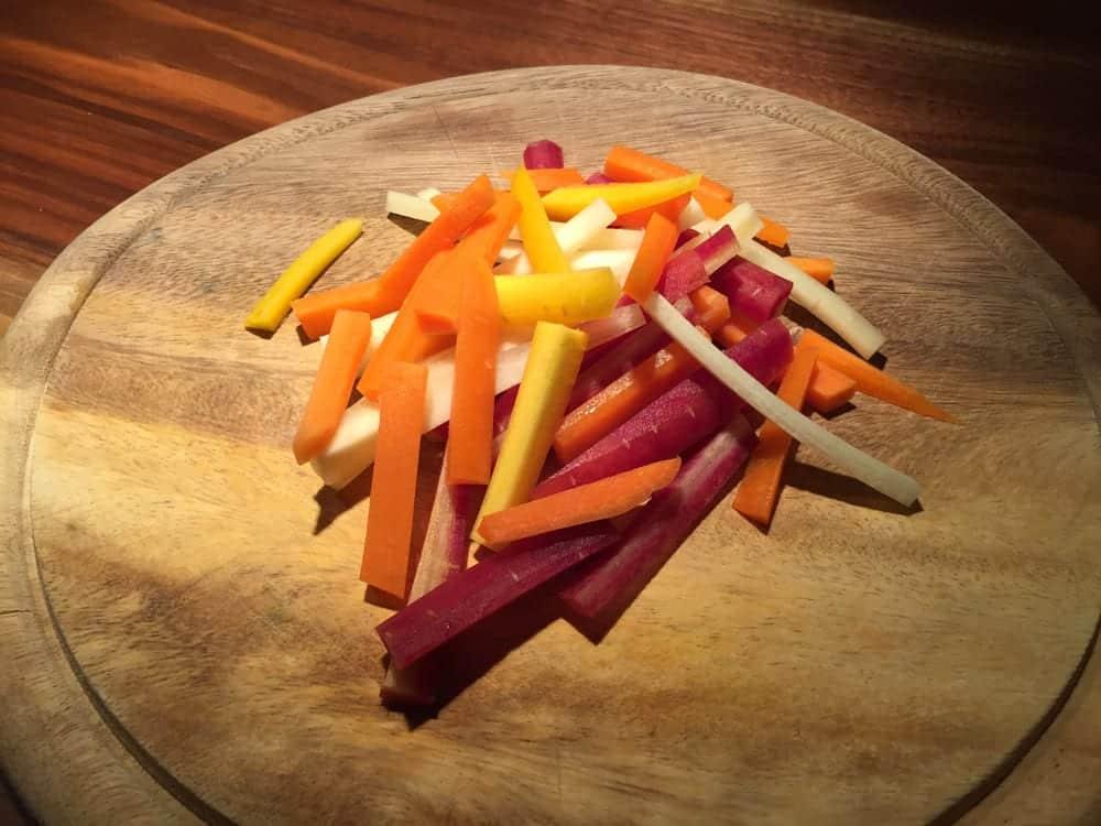 Hähnchen & Gemüse - Zutaten - bunte Karotten geschnitten